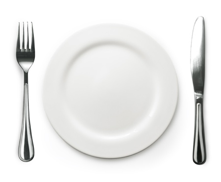 Foto van de vork en mes met een wit bord op een witte achtergrond