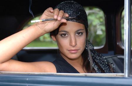 gitana: Hermosa mujer gitana se sienta en un coche viejo