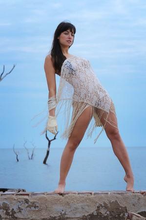 Hermosa joven morena en la playa