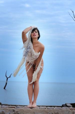 Wunderschöne und brünette Frau am Strand