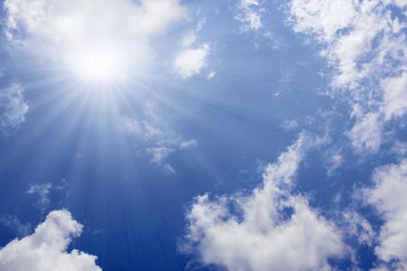 cielo azul: Rayos de sol en el fondo de cielo azul