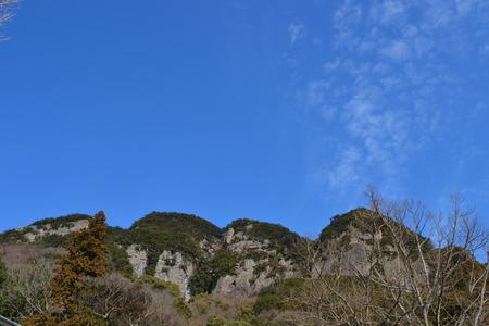 冬の山と青空