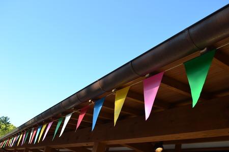 軒下に多くの色とりどりの旗スペース