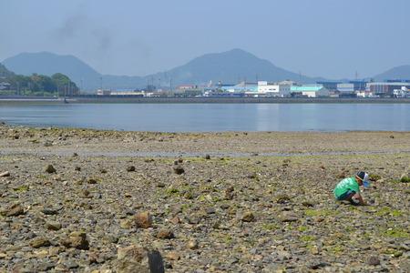 海岸の砂で遊ぶ少年