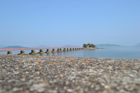休日に海の上の赤い橋
