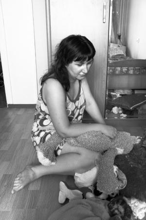 chorowity: Czarno-biała fotografia smutna kobieta