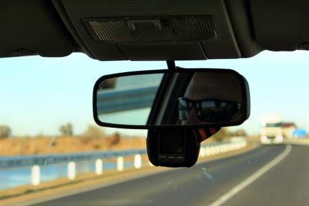 retrovisor: El hombre en el espejo retrovisor Foto de archivo