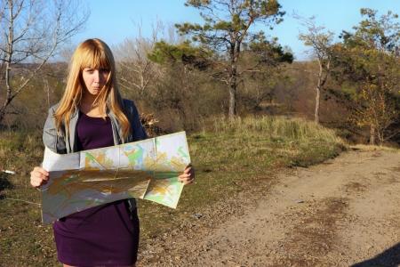M�dchen Lesen einer Karte Lizenzfreie Bilder