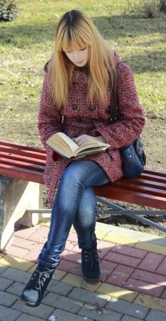 M�dchen liest ein Buch