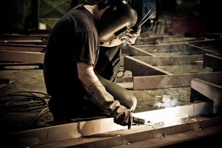 siderurgia: Soldador eléctrico soldadura metal fabrica de grandes buques en astilleros Foto de archivo