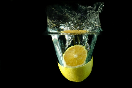 sliced lemon dropped under water Stock Photo - 15365969