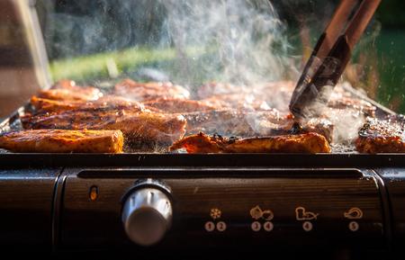 barbecue: Filetes de pollo sabrosas en la parrilla el�ctrica de contactos - foto de primer plano. Parrilla m�s sana.