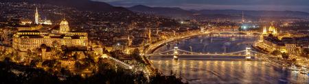 Nachtpanorama van de stad van Boedapest - hoofdstad van Hongarije. Parlementsgebouw rechts, Buda-kasteelheuvel links en Kettingbrug midden. Uitzicht vanaf Gellert Hill. Hongarije, Europa.