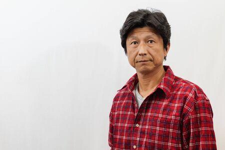 Hombre japonés fotografiado sobre fondo blanco. Foto de archivo