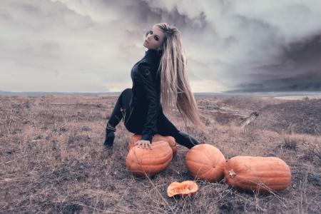 Dos chicas sexy en un campo rodeado por las calabazas en Halloween. Foto de archivo - 16009175