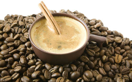 Una gran cantidad de semillas de color marrón café, la canela y la copa.  Foto de archivo - 2830710