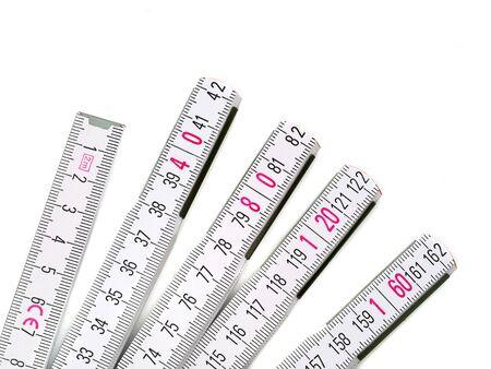 Nahaufnahme eines weißen Maßstabs mit rosa Zahlen auf weißem Hintergrund Standard-Bild