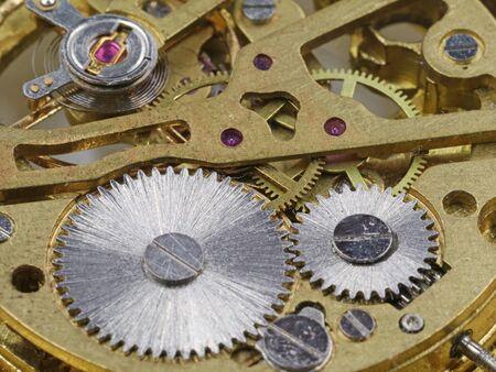 Nahaufnahme Rückseite des Uhrwerks einer goldenen Taschenuhr. Standard-Bild