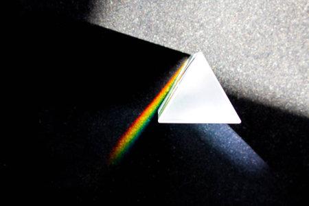 prisma: La descomposición de la luz en un prisma en los colores del arco iris Foto de archivo