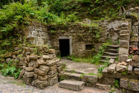 czech switzerland: Medieval ruins of an old house in the forest, Bohemian Switzerland National Park, Czech Republic Archivio Fotografico