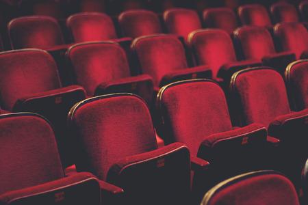 Leere komfortable rote Sitze mit Zahlen im Kino
