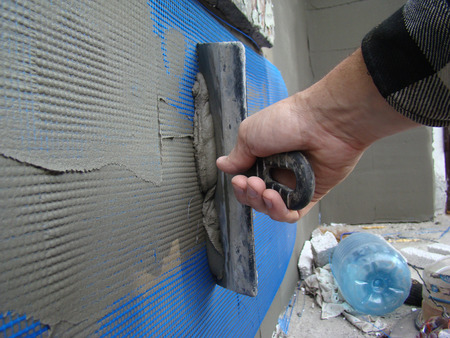 dub: puttying reinforcing mesh putty for exterior works with the spatula