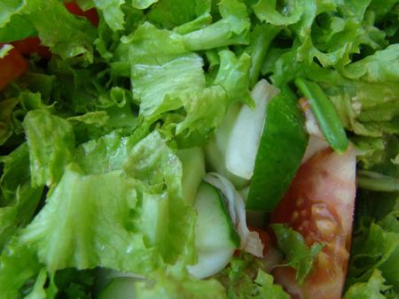 carnes y verduras: tipo de ensalada con lechuga, tomate y cebolla, comida diet�tica Foto de archivo