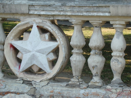 estrellas cinco puntas: concrete fence with symbols of the Soviet star.