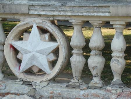 estrellas cinco puntas: valla de hormigón con símbolos de la estrella soviética.