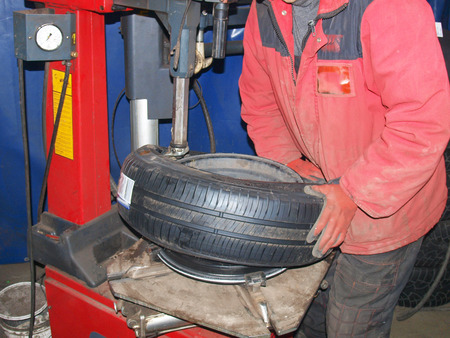 servicios publicos: instalar neumáticos en las ruedas, el equipo para la reparación de las ruedas Foto de archivo