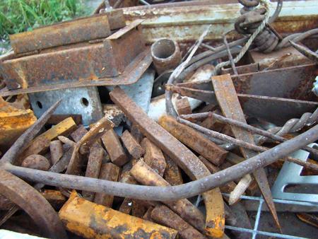 metallschrott: Haufen von Altmetall mit Rost und Stahl Schutt bedeckt. Lizenzfreie Bilder