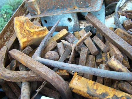 Haufen von Altmetall mit Rost und Stahl Schutt bedeckt.