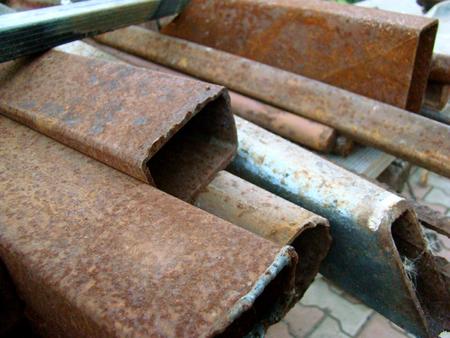 altmetall: Haufen von Altmetall mit Rost und Stahl Schutt bedeckt. Lizenzfreie Bilder
