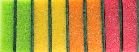 lavar platos: Esponjas de color para lavar platos filmadas en una fila
