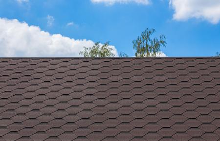 Ein Teil der Textur mit Schindeln Dach und blauer Himmel Standard-Bild