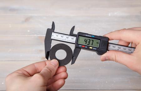 Meting van de diameter van de rubberen pakking met een remklauw