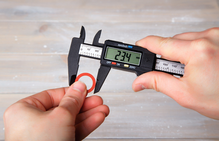 Measurement of the diameter of the gasket using a digital caliper Stockfoto
