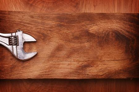 Verstelbare moersleutel op houten achtergrond