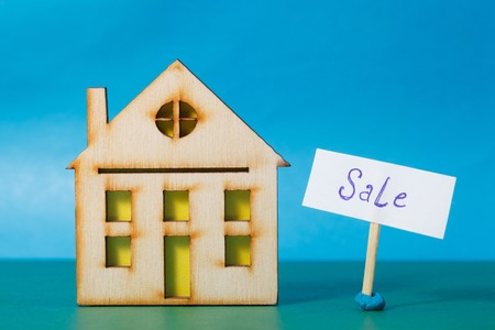arquitecto: The house is on a blue background with a sign for sale