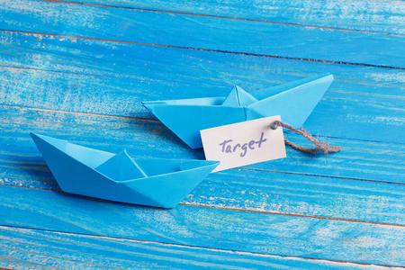 mapa conceptual: Barco de papel con un signo de destino - concepto de viaje Foto de archivo