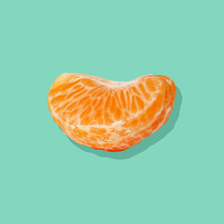 Slice of Juicy tangerine on bright blue background. Flat lay. Summer concept. Фото со стока - 95205287