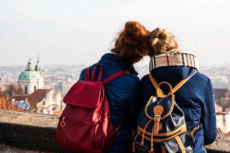 bollos: Fotografía de dos niñas disfrutando de la vista en Praga, República Czeck Foto de archivo