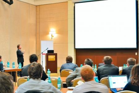 the speaker: reuni�n, Conferencia, presentaci�n en aditorium con la pantalla en blanco Foto de archivo