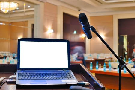 tribune vide et ordinateur portable avec écran blanc