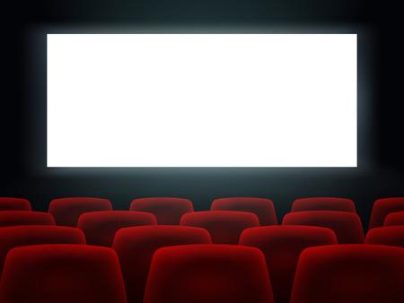 Sala del cinema con schermo vuoto bianco e sedili del cinema del cinema di file rosse.