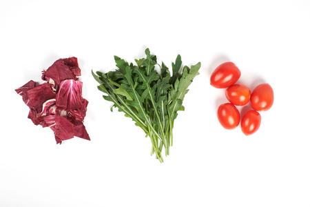 Gemüse und Salat stellten für einen gesunden diätetischen Lebensstil ein, der auf weißem Hintergrund lokalisiert wurde