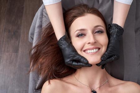 Una mujer se prepara para un procedimiento de depilación con un fotodepilador en el salón