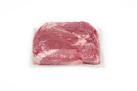 Viande de porc fraîche sous vide, isolée sur fond blanc