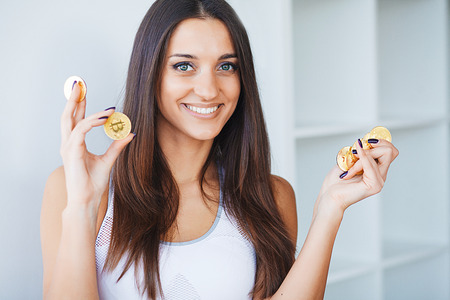 Beautiful Woman in Underwear. Close up Concept. Young Woman With a Bitcoin Cryptocurrency Banque d'images - 114979271