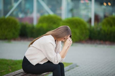 Estrés de la mujer. Retrato de niña intimidada sintiéndose sola y preocupada